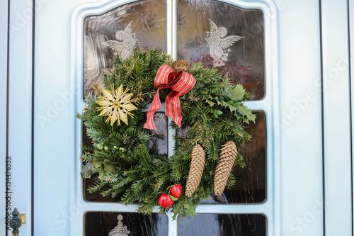 weihnachtlicher t rkranz advent stockfotos und. Black Bedroom Furniture Sets. Home Design Ideas