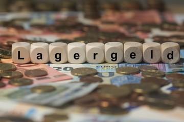 lagergeld - Holzwürfel mit Buchstaben im Hintergrund mit Geld, Geldscheine