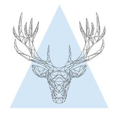 La testa di cervo geometrica di poligoni e triangoli, sullo sfondo triangolare blu
