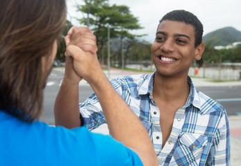 Afrikanischer junger Mann klatscht Freund ab