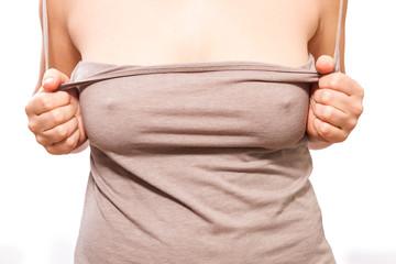 Frau zieht Shirt aus