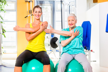 Junge und alte Frau beim Sport Training im Club