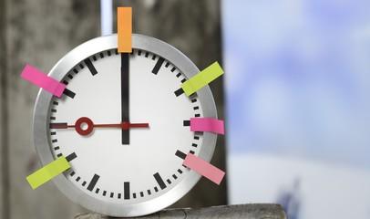 Zeitmanagement Terminmanagement symbolfoto mit Uhr