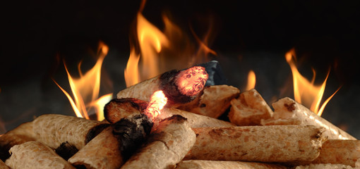 Holzpelletsmit Flamme Symbolfoto Heizen