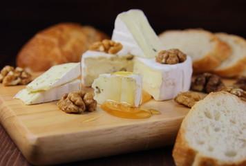 сыр камамбер с орехами ,медом и багетом