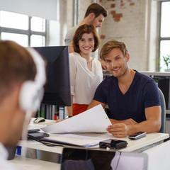 junges team im büro arbeitet zusammen an einem projekt