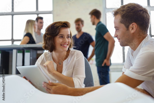 gespr ch im b ro stockfotos und lizenzfreie bilder auf bild 134584317. Black Bedroom Furniture Sets. Home Design Ideas