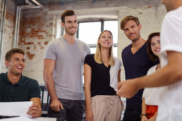 junge kollegen hören in einer besprechung zu
