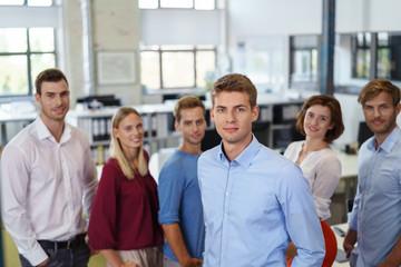 junges motiviertes team im büro