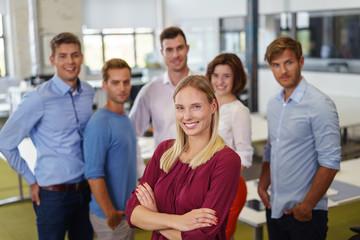 erfolgreiche frau im büro mit ihrem team