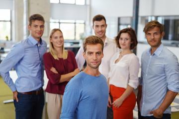 mann im büro mit seinem team