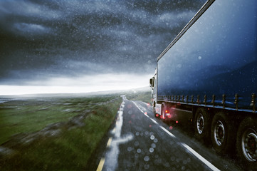 LKW liefert bei Wind und Wetter
