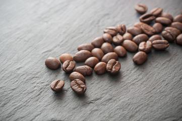 grains de café sur ardoise