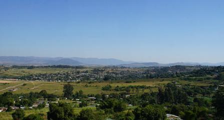 Landschaft in Swasiland/Blick über das Middleveld im Königreich Swasiland, Dörfer und fruchtbare Landschaft, im Hintergrund die Lubombo-Berge, wolkenloser Himmel.