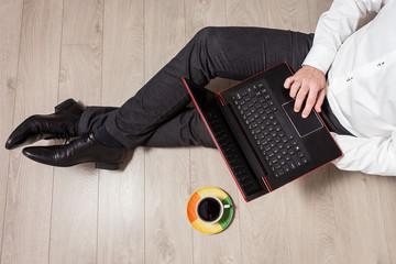 Obraz Mężczyzna korzysta z laptopa podczas pracy biurowej - fototapety do salonu