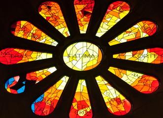 Leuchtende, bunte Glasmosaikfenster in der Sagrada familie
