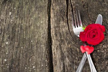 Valentinstag, Besteck, Rose, Herzen auf Holz
