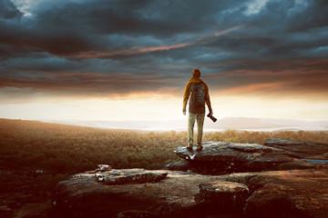 Wanderer schaut sich den Sonnenuntergang an