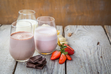 Foto auf Acrylglas Milch / Milchshake Selection of flavoured milk - strawberry, chocolate, banana