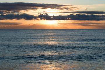 Rayos de sol sobre el horizonte