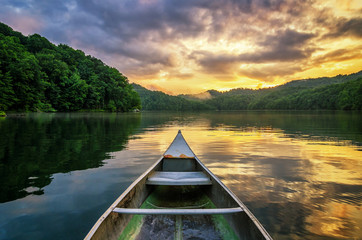Photo sur Plexiglas Lac / Etang Summer sunset, mountain lake, aluminum canoe