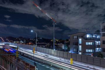 夜の幹線道路と郊外の風景