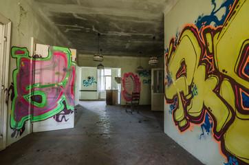 viele graffiti in verlassenen raum