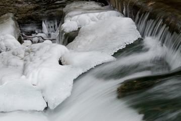 Halb vereister Wasserfall