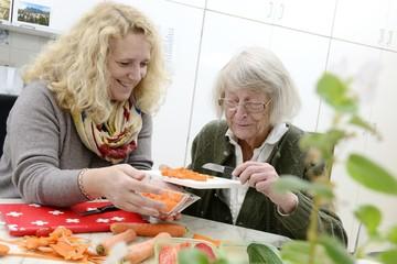 Senioren Häusliche Altenpflege Gemeinsam Kochen