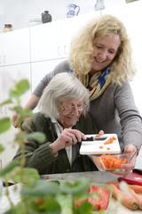 Häusliche Altenpflege Gemeinsam Kochen mit Senioren