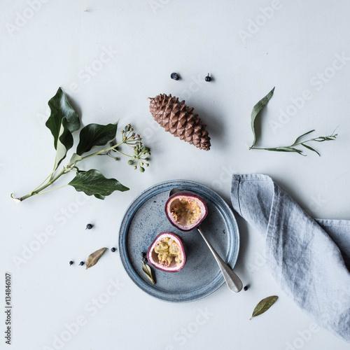 passionsfrucht auf keramikteller mit leinenserviette. Black Bedroom Furniture Sets. Home Design Ideas