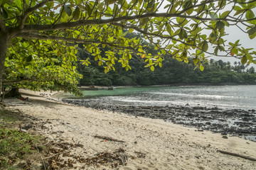 Ilha tropical de sao tome, com resort e doca para barcos