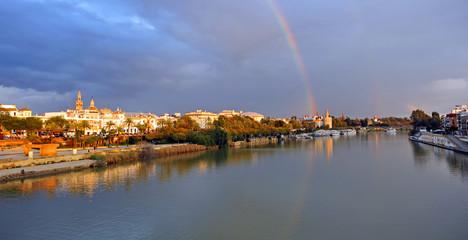 Arco iris sobre Sevilla, España