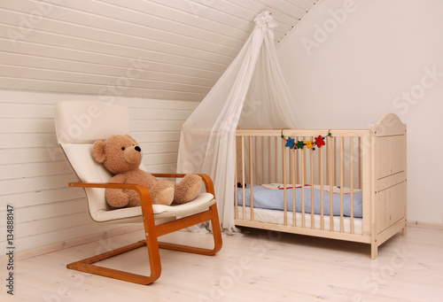 ein kinderbett mit himmel in einem kinderzimmer imagens. Black Bedroom Furniture Sets. Home Design Ideas