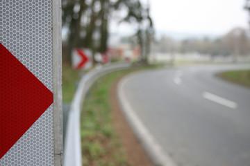 Landstraße Gefahr Sicherheit Kurve mit Leitplanken