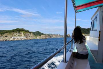 遊覧船から見た風景と女性