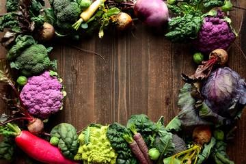 初春のアブラナ科の野菜と根菜 紫と緑色系の野菜