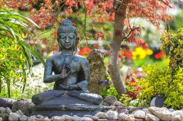 Buddha-Skulptur im frühlingshaften Garten