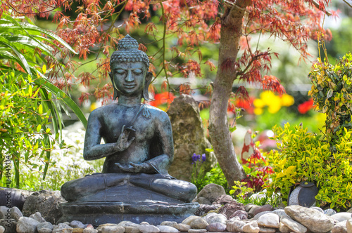 buddha skulptur im fr hlingshaften garten stock photo. Black Bedroom Furniture Sets. Home Design Ideas