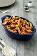 pasta italiana al pomodoro con funghi e olive
