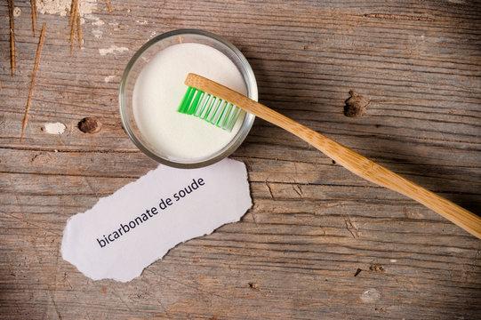Bicarbonate de soude et brosse à dents