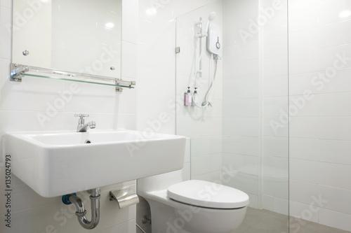 white bathroom photo libre de droits sur la banque d 39 images image 135024793. Black Bedroom Furniture Sets. Home Design Ideas