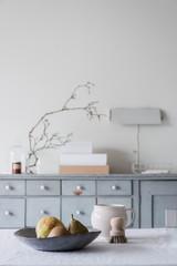 Esstisch mit einer Schale Birnen