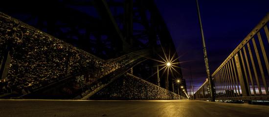 Liebesschlösser an einer Brücke in Köln bei Nacht