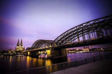 Die Wahrzeichen von Köln im Sonnenaufgang