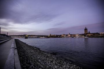 Kölner Skyline zur blauen Stunde