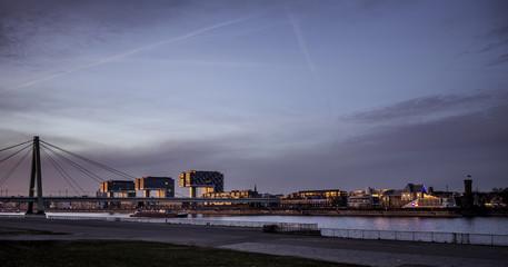 Eine Brücke über den Rhein bei Köln im Sonnenaufgang