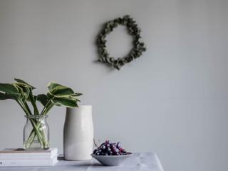 still leben mit weintrauben büchern und keramik