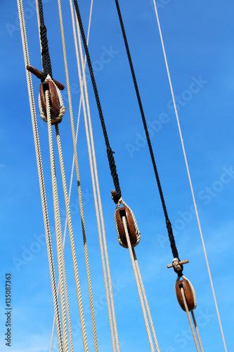 Cordage et poulies de voilier photo libre de droits sur - Photo de voilier gratuite ...