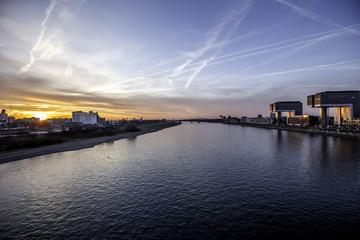 Der Rhein am Medienhafen in Köln im Sonnenaufgang